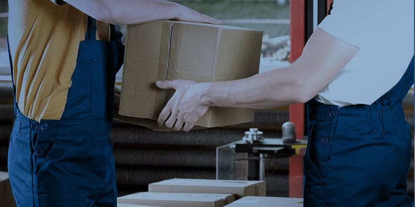 dois homens carregando uma caixa